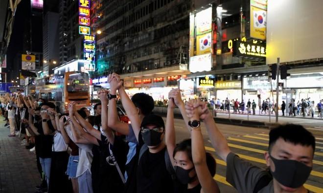 Những người biểu tình chống dự luật dẫn độ nắm tay nhau thể hiện tình đoàn kết tại Mongkok, Hồng Kông, Trung Quốc, ngày 23-8-2019