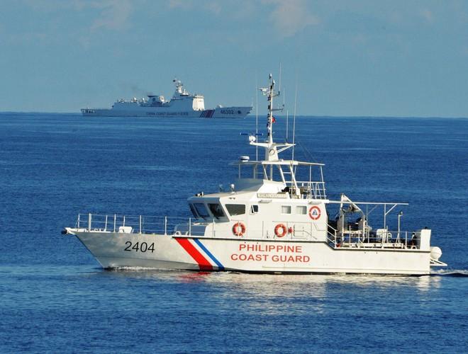 Tàu cảnh sát biển Philippines qua mặt tàu Hải cảnh Trung Quốc trong một cuộc diễn tập cứu hộ giữa Philippines và Mỹ gần bãi cạn Scarborough ở Biển Đông