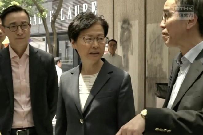 Trưởng đặc khu Hồng Kông thăm ga MRT trung tâm chỉ 1 ngày sau khi nhà ga bị người biểu tình đập phá