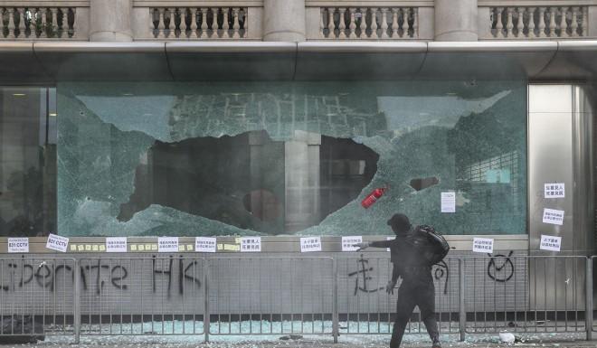 Cửa kính tại nhà ga đường sắt đô thị trung tâm Hồng Kông bị đập vỡ hôm 15-9