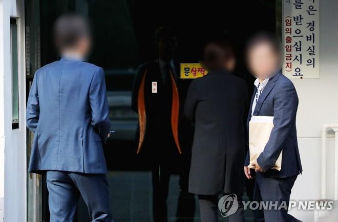 Các điều tra viên khám nhà Bộ trưởng Tư pháp Hàn Quốc Cho Kuk sáng 23-9