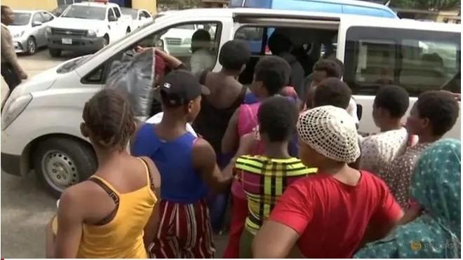 """Giải cứu 19 phụ nữ và bé gái bị biến thành """"máy đẻ"""" ở Lagos"""