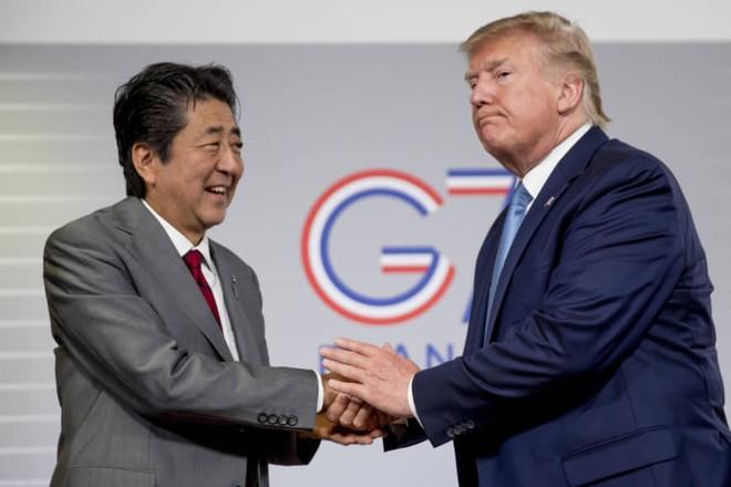 """Chúc mừng sinh nhật Thủ tướng Nhật Bản, ông Trump """"nhầm"""" sang ngày sinh Putin"""