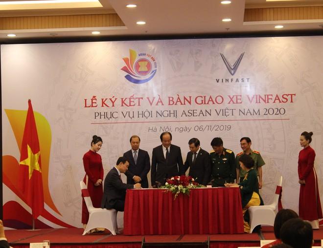 Toàn cảnh lễ ký kết bàn giao xe Vinfast phục vụ Hội nghị cấp cao ASEAN 2020