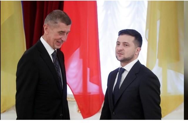 Tổng thống Ukraine Volodymyr Zelenskiy (phải) tiếp Thủ tướng CH Czech ở Kiev ngày 19-11-2019