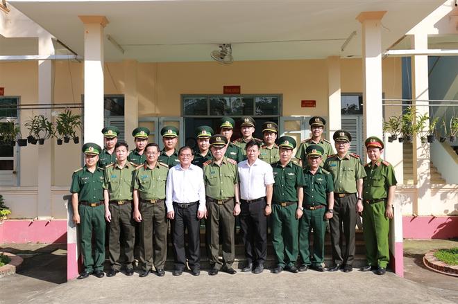 Bộ trưởng Tô Lâm chụp ảnh lưu niệm với cán bộ, chiến sỹ Đồn Biên phòng cửa khẩu quốc tế Xa Mát