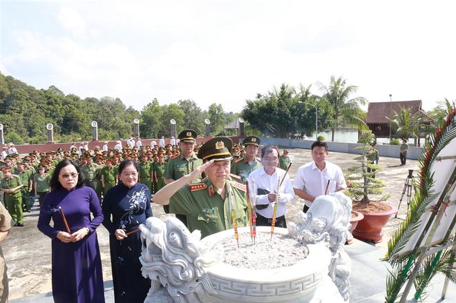 Bộ trưởng Bộ Công an Tô Lâm chủ trì các hoạt động sinh hoạt chính trị và đền ơn đáp nghĩa tại Tây Ninh