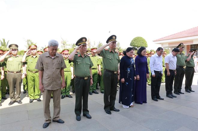 Bộ trưởng Tô Lâm cùng Đoàn đại biểu dâng hương, dâng hoa tại Tượng đài Bảo vệ an ninh Tổ quốc, Bia Chiến thắng, Tượng đài Chủ tịch Hồ Chí Minh.