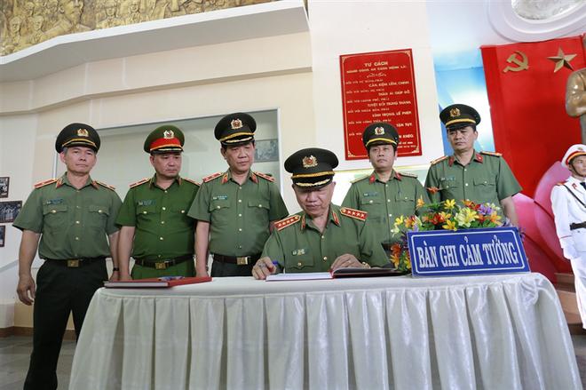 Bộ trưởng Tô Lâm ghi sổ lưu niệm tại Nhà tưởng niệm Chủ tịch Hồ Chí Minh