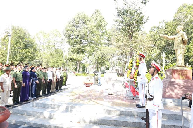 Bộ trưởng Tô Lâm cùng Đoàn đại biểu dâng hương, dâng hoa tại Tượng đài đồng chí Phạm Hùng