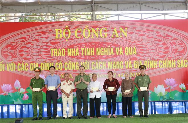Bộ trưởng Tô Lâm trao quà tặng các gia đình chính sách, gia đình có công với cách mạng trong lực lượng Công an nhân dân