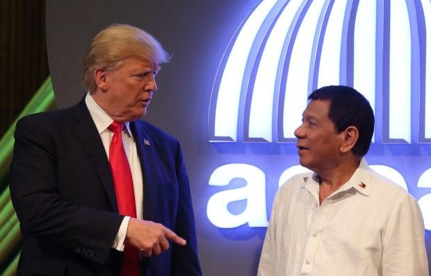 Tổng thống Rodrigo Duterte và người đồng cấp Mỹ Donald Trump tại Hội nghị cấp cao ASEAN lần thứ 31 tại Philippines tháng 11-2017