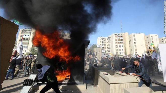 Người biểu tình xông vào đập phá Đại sứ quán Mỹ ở Baghdad