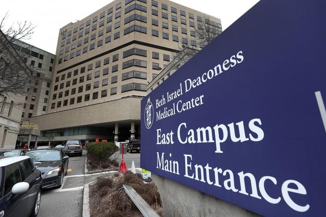 Mỹ xét xử nhà nghiên cứu Trung Quốc giấu mẫu thuốc ung thư trong tất