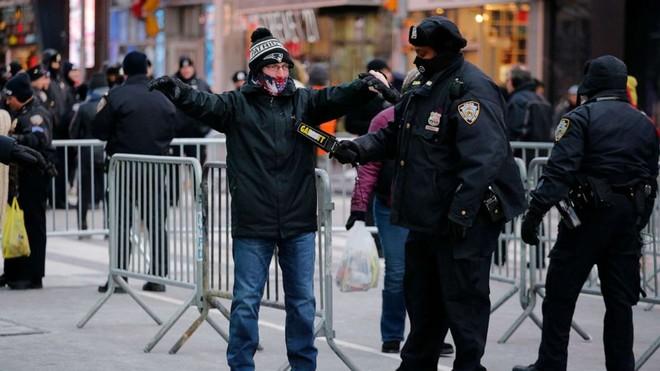 Cảnh sát New York trang bị vũ khí hạng nặng bảo vệ lễ đón năm mới