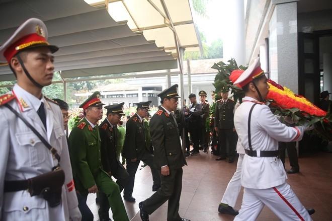 Đoàn Đảng uỷ, Ban Giám đốc Công an TP Hà Nội do Trung tướng Đoàn Duy Khương, Bí thư Đảng uỷ, Giám đốc Công an TP Hà Nội đã vào viếng các liệt sỹ.