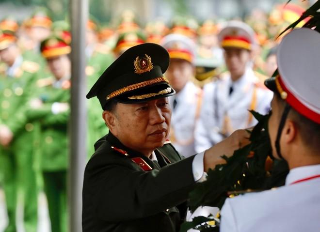Đại tướng Tô Lâm, Bộ trưởng Bộ Công an sửa lại vòng hoa trước khi vào viếng 3 liệt sỹ CAND.