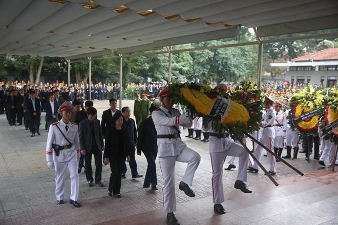Đoàn Ban Dân vận Trung ương do đồng chí Trương Thị Mai, Ủy viên Bộ Chính trị, Bí thư Trung ương Đảng, Trưởng Ban Dân vận Trung ương làm trưởng đoàn vào viếng.