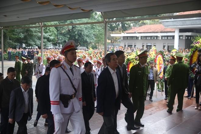 Đoàn Ban Kinh tế Trung ương do đồng chí Nguyễn Văn Bình, Uỷ viên Bộ Chính trị, Bí thư Trung ương Đảng, Trưởng Ban Kinh tế Trung ương làm Trưởng đoàn đã vào viếng các liệt sỹ.