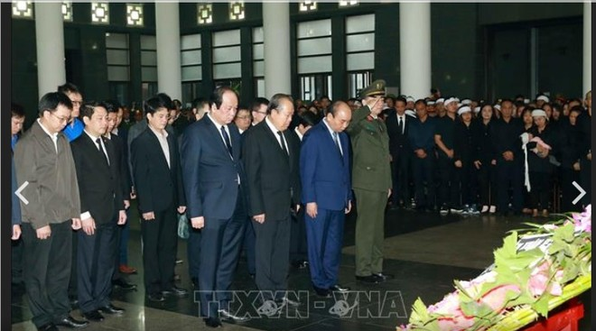 Thủ tướng Chính phủ Nguyễn Xuân Phúc dẫn đầu đoàn đại biểu Chính phủ vào viếng