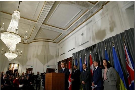 Đại diện Canada, Ukraine, Thụy Điển, Afghanistan và Anh tại cuộc họp báo ở London ngày 16-1