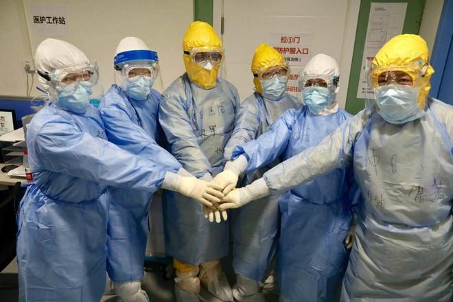 Các bác sỹ tại khu điều trị tích cực cho bệnh nhân virus corona ở Bệnh viện Khoa học và công nghệ Hoa Trung tại Vũ Hán, Hồ Bắc hôm 3-2