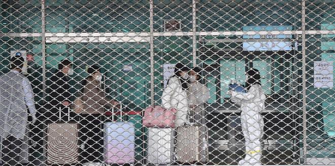 Sinh viên Trung Quốc được kiểm tra trước khi vào ký túc xá Đại học Dankook ở Yongin, tỉnh Gyeonggi hôm 23-2