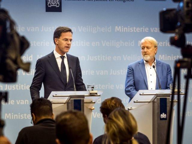 Thủ tướng Hà Lan mắc đúng lỗi dù vừa nhắc người dân đừng bắt tay để chống dịch Covid-19