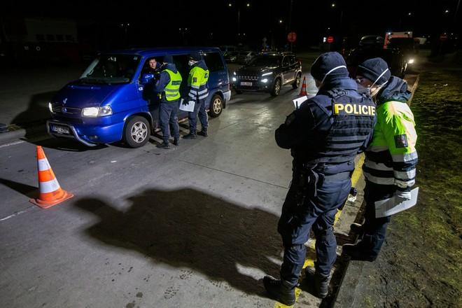 Cảnh sát CH Czech kiểm tra tại cửa khẩu biên giới với Đức hôm 14-3