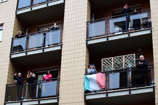 Trong những ngày phong tỏa vì Covid-19, người Italia ra ban công hát hò để cổ vũ tinh thần cho nhau