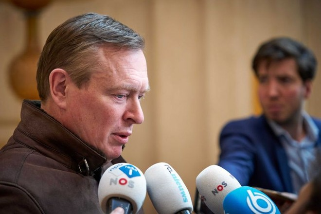 Bộ trưởng Y tế Hà Lan ngất do kiệt sức trong chống Covid-19