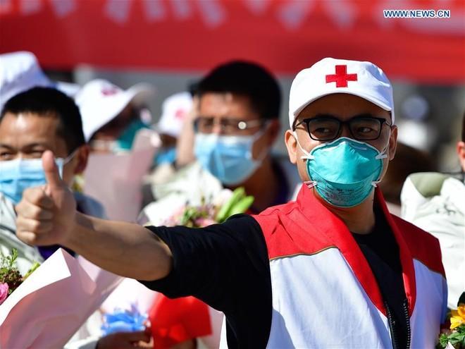 Thành viên đội y tế 249 tiếp viện cho Vũ Hán về đến tỉnh Thanh Hải hôm 19-3