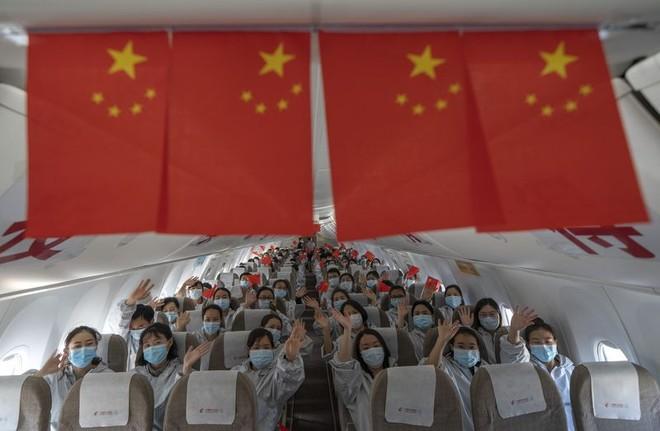 """Các nhân viên y tế """"anh hùng"""" rời Vũ Hán sau dịch Covid-19 ảnh 1"""