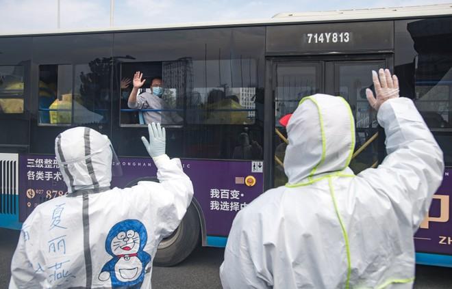 Xúc động khoảnh khắc đoàn xe chở nhân viên y tế rời một bệnh viện ở Vũ Hán
