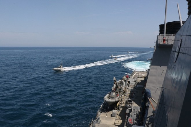 [Video] Xuồng Iran lăm lăm súng máy, kè sát tàu hải quân Mỹ trên Vịnh Ba Tư