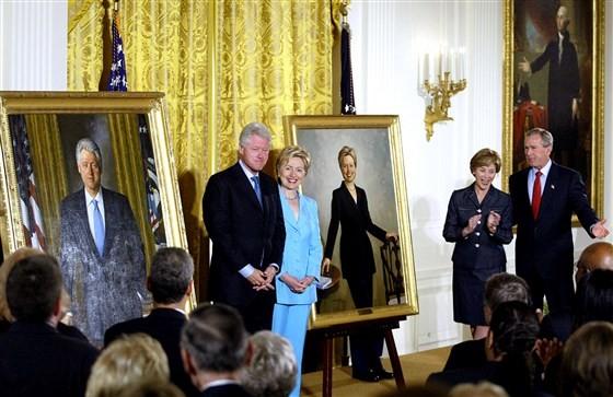 Vợ chồng cựu Tổng thống Bill Clinton bên các bức chân dung được người kế nhiệm trang trọng bày tại Nhà Trắng hôm 14-6-2004