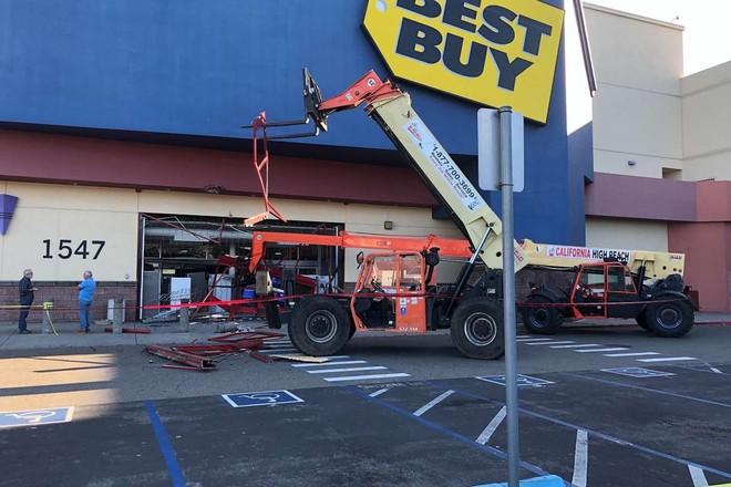 [Video] Những kẻ hôi của dùng cần cẩu, xe nâng phá siêu thị ở California giữa ban ngày