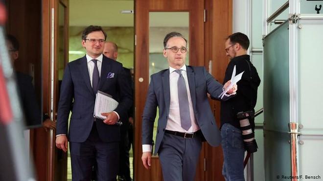 Ngoại trưởng Ukraine Dmytro Kuleba (trái) và người đồng cấp Đức Heiko Maas