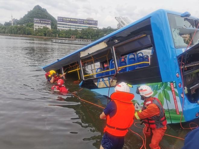 Xe buýt chở thí sinh thi đại học ở Trung Quốc lao xuống hồ chứa nước