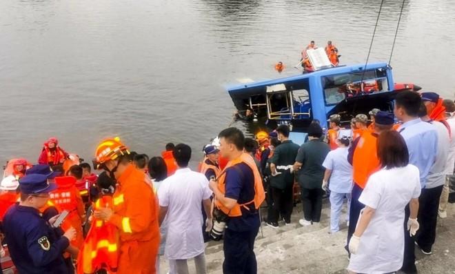 [Video] Khoảnh khắc định mệnh lái xe buýt chủ ý cho xe lao xuống hồ nước làm 21 người tử vong