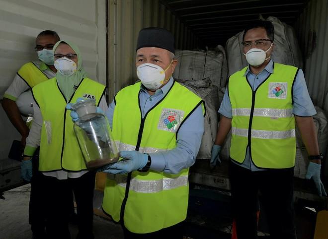 """Malaysia phối hợp cùng Interpol điều tra lô hàng """"khủng"""" 110 container chất thải độc hại"""