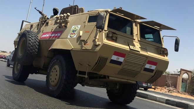 Xe quân sự Ai Cập tuần tra trên đường cao tốc ở Cairo