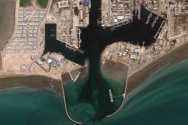 Căng thẳng với Mỹ leo thang, Iran lại đưa mô hình tàu sân bay ra biển