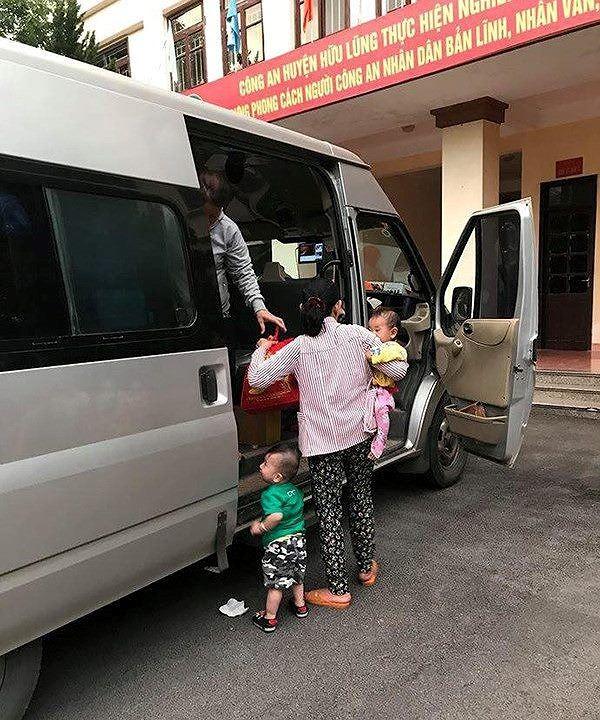 Hai người phụ nữ bị nghi bắt cóc trẻ em được đưa đến công an huyện Hữu Lũng để xác minh, làm rõ. Ảnh: TL