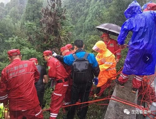 Lực lượng cứu hộ và cảnh sát tìm kiếm thi thể nạn nhân