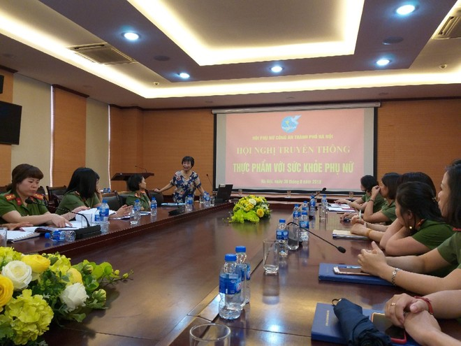 Bác sỹ Trịnh Thị Huệ trao đổi với cán bộ Hội Phụ nữ CATP Hà Nội về chủ đề thực phẩm lành mạnh