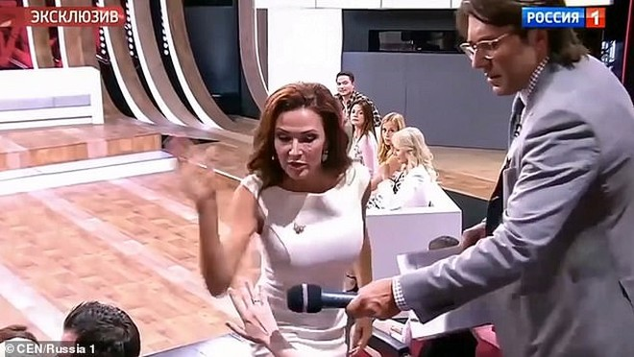 Bà Bledans đi thẳng xuống và tát nữ khán giả Lebedeva