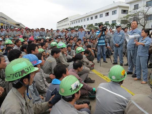 Hàng ngàn công nhân đình công vì tăng lương không hợp lý ảnh 1