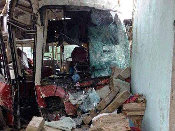 Sau khi đâm vào xe tải, xe khách lao thẳng vào nhà dân khiến 4 người bị thương và xe hư hỏng nặng.