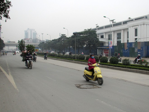 Lòng đường, vỉa hè đường Lê Văn Lương, quận Thanh Xuân thông thoáng, sạch sẽ( Ảnh chụp sáng 9-2)